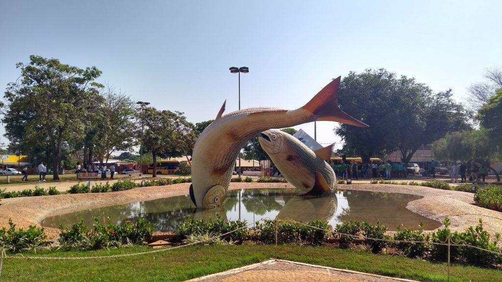"""Centro da cidade. Escultura representando o peixe """"piraputanga"""". Crédito: Andressa Griffante / Passageira.com.br."""