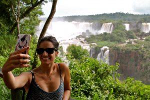 Andressa Griffante numa selfie com as Cataratas do Iguaçu. Foto: Marília Kralhecke.